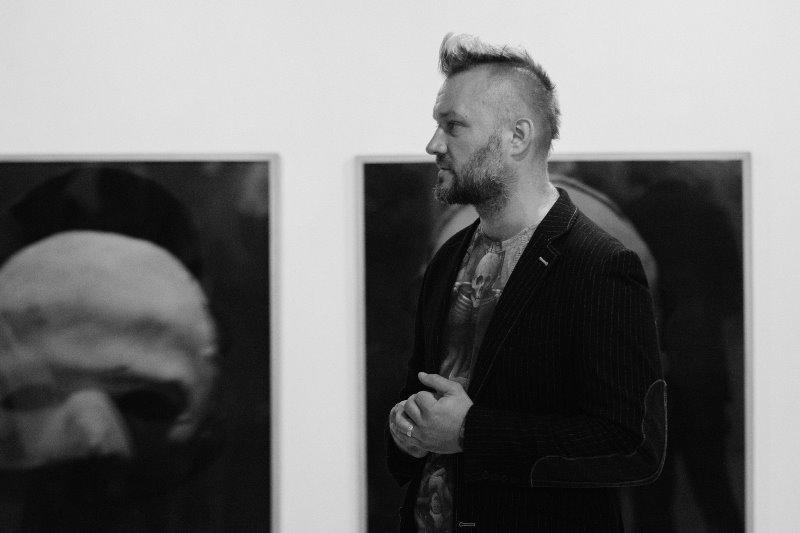 Darius Vaičekauskas – parodos organizatorius. Eglės Vertelkaitės parodos MOIROS atidarymas Klaipėdoje. Nuotrauka © Domas RimeikaDarius Vaičekauskas – parodos organizatorius. Eglės Vertelkaitės parodos MOIROS atidarymas Klaipėdoje. Nuotrauka © Domas Rimeika