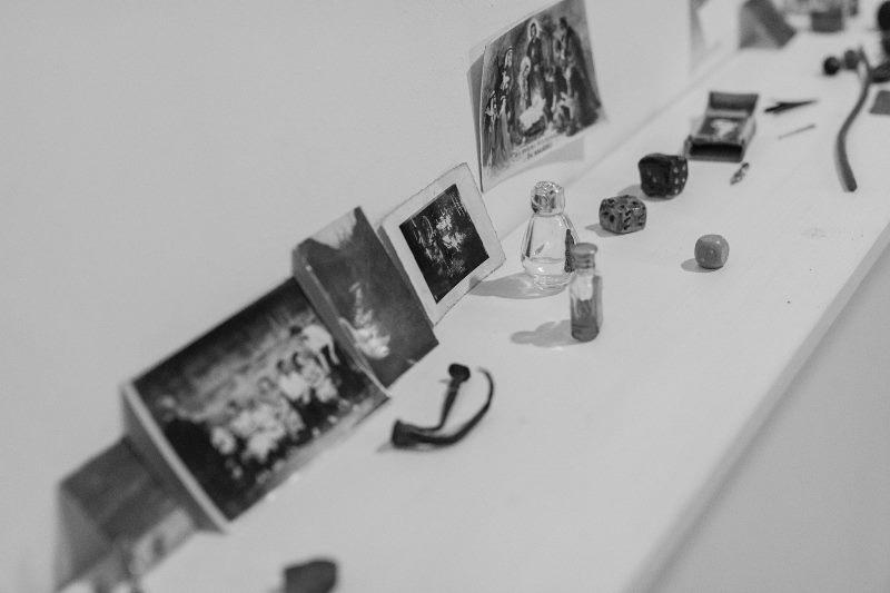 Atnašos MOIROMS. Eglės Vertelkaitės parodos MOIROS atidarymas Klaipėdoje. Nuotrauka © Domas Rimeika