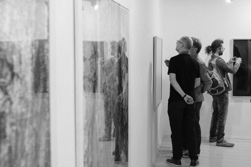 Eglė Vertelkaitė parodos MOIROS atidaryme Klaipėdoje. Nuotrauka © Domas Rimeika