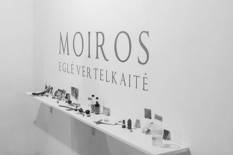 Atnašos MOIROMS. Eglė Vertelkaitės parodos MOIROS atidarymas Klaipėdoje. Nuotrauka © Domas Rimeika